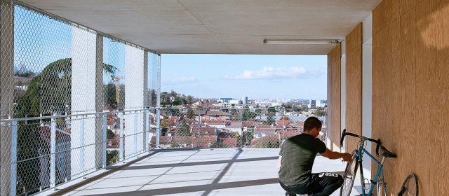 Deux architectes Lacaton & Vassal rénovent les anciennes barres et les tours et font des logements modernes